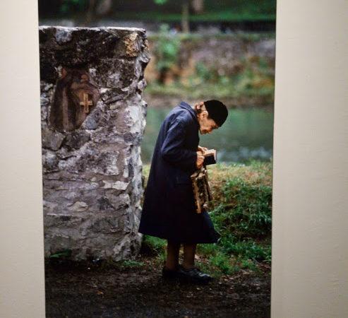 anziana che legge, mostra di Steve Curry, Museo Santa Giulia, Brescia