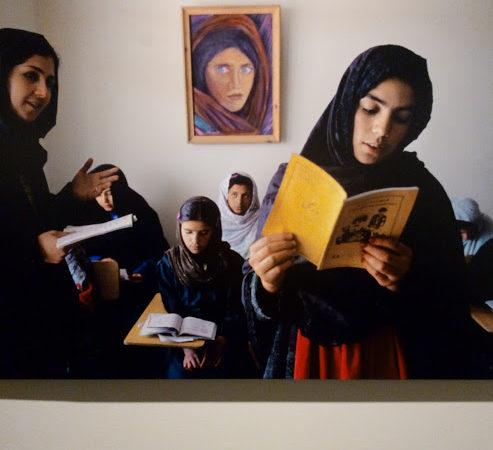 Donne che leggono. Leggere, Steve McCurry, Museo Santa Giulia, Brescia
