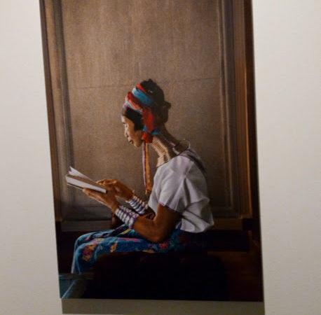Donna con collana. Leggere, mostra Steve McCurry, Museo Santa Giulia, Brescia