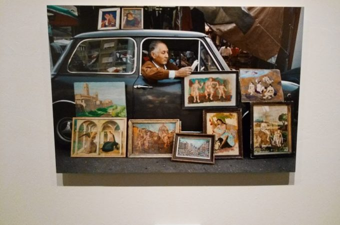 Uomo in macchina. Leggere, mostra Steve McCurry, Museo Santa Giulia, Brescia