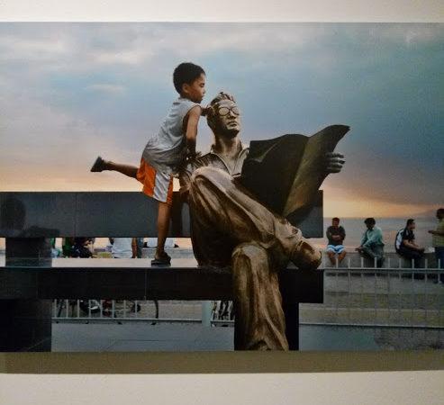 Bambino e statua. Leggere, mostra Steve McCurry, Museo Santa Giulia, Brescia